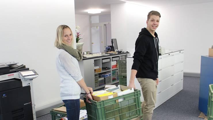 Die stv. Gemeindeschreiberin Sandra Graf und Lehrling Oliver Meier haben noch viel Arbeit vor sich.NRO