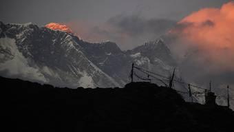 Mehr als 300 Touristen sitzen wegen schlechten Wetters seit fünf Tagen in einem kleinen Dorf in der Nähe des Mount Everests fest. Die meisten Flüge des nahe gelegenen Flughafens in Lukla sind gestrichen worden. (Archivbild)