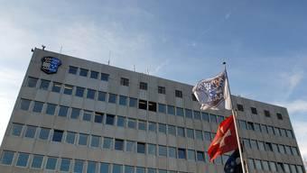 Nach der erfolglosen Fahndung nach dem Räuber stellte sich dieser am Freitagnachmittag selbst der Polizei. Im Bild: Das Polizeikommando in Aarau. (Archivbild)