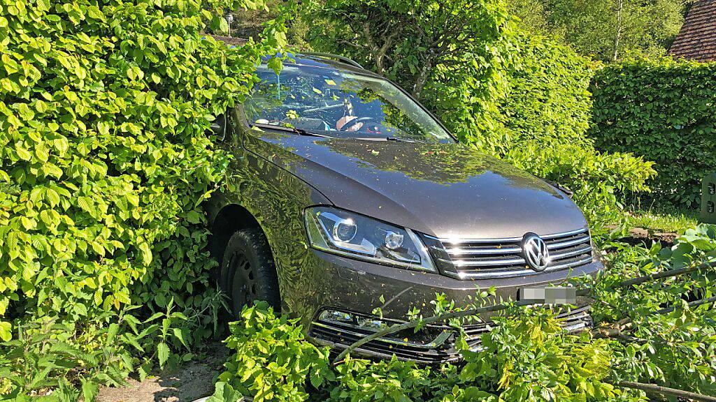 Eines der Unfallfahrzeuge durchbrach in Fischingen TG eine Hecke und kam im Garten zum Stillstand. Ein 54-jähriger Lenker und eine 23-jährige Lenkerin wurden verletzt.