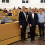 Der neue Einwohnerratspräsident Thomas Richner (SVP, 2. v.l.) neben dem neuen Vizepräsidenten Christian Oehler (FDP, l.), dem abtretenden Präsidenten Matthias Keller (EVP/EW) und dem neuen FGPK-Präsidenten Rainer Lüscher (FDP, r.).
