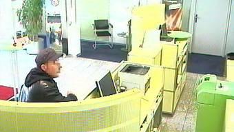 Unmaskiert überfällt dieser Mann die Raiffeisenbank Murgenthal