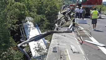 Rettungskräfte bei der Unfallstelle