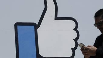 """Wer Facebooks """"Like""""-Button auf seiner Internetseite einbaut, muss dafür laut einem Gerichtsurteil in der EU eine Einwilligung der Besucher einholen. (Symbolbild)"""