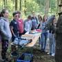 Die Kinder bestaunen im Wald den Wanderfalken von Urs Jäggi.