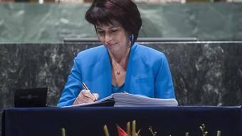 Bundesrätin Doris Leuthard unterzeichnet als Schweizer Vizebundespräsidentin und Umweltministerin am UNO-Hauptsitz in New York das Klimaschutz-Abkommen.
