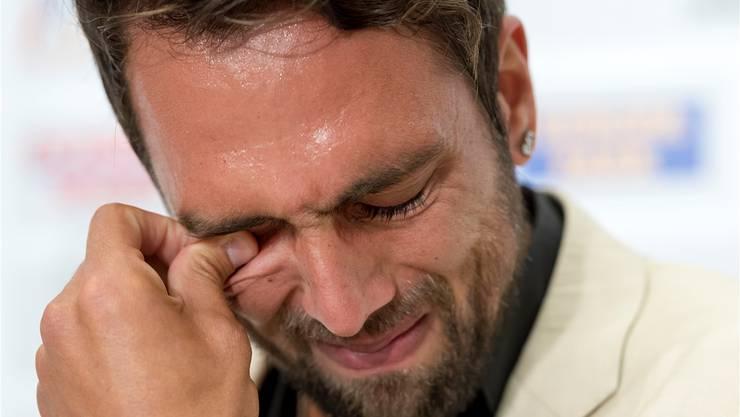 Von den Gefühlen übermannt: FCB-Captain Matías Delgado kann und will seine Tränen nicht zurückhalten, als er seinen Rücktritt erklärt.