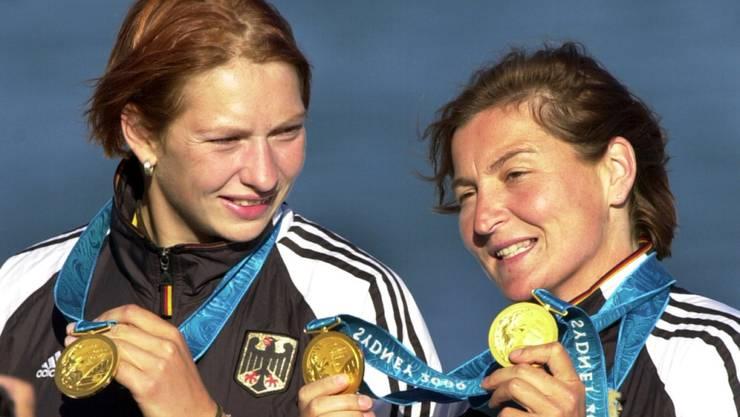 Birgit Fischer (rechts, mit Katrin Wagner) zeigt ihre Goldmedaillen an den Olympischen Spielen 2000 in Sydney