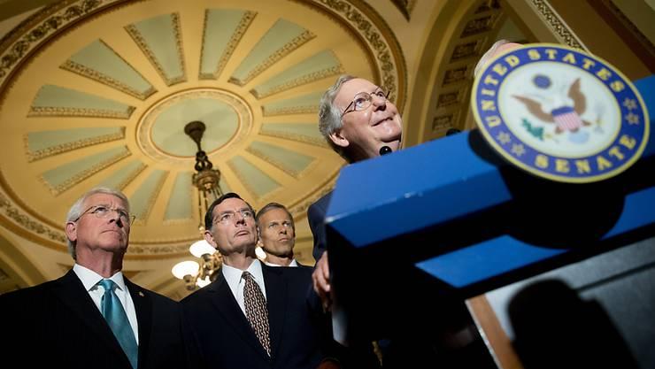 """""""Zeitlich unpassend"""": Spionagebefürworter Senator Mitch McConnell (rechts) zur Einschränkung der NSA-Befugnis"""