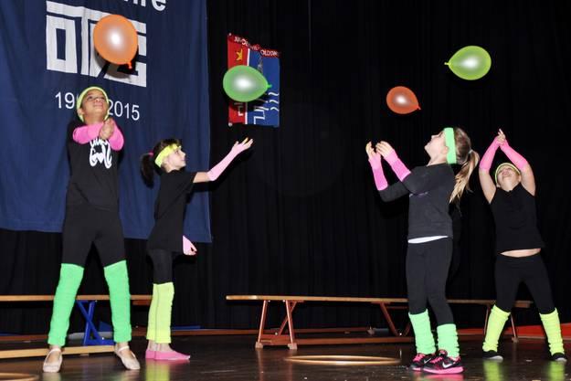 Neonfarben waren in den 80er Jahre in und dienten der kleinen Mädchenriege als Tummelplatz für ihre anmutende Darbietung