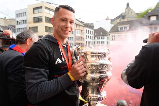 Captain Marek Suchy präsentierte den Kübel den Fans.