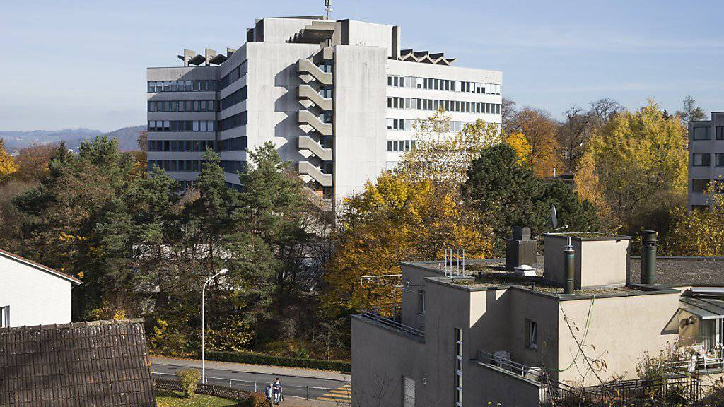 Das Zieglerspital in Bern wird zuerst vom Kanton Bern für die Unterbringung von Asylsuchenden genutzt. Mitte 2016 soll dann das Bundesasylzentrum öffnen. Die Bevölkerung auch der in unmittelbarer Nachbarschaft gelegenen Gemeinde Köniz steht den Plänen mehrheitlich positiv gegenüber.