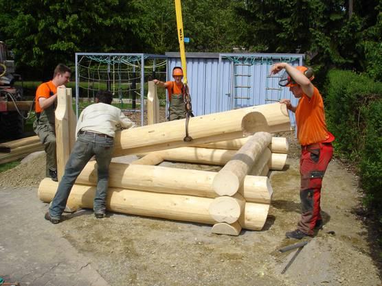 Pioniere bauten 2007 zwei Blockhäuser für die Kindergärten Gänstel und Winkel in Gränichen.