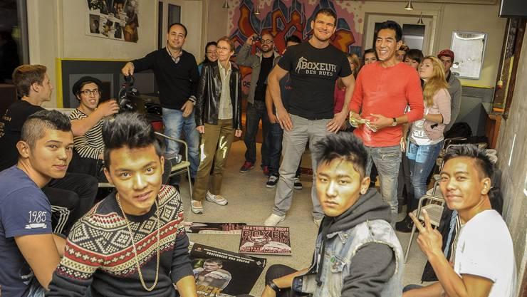 Im Jugi Pratteln treffen sich Jugendliche und der Boxer Arnold «The Cobra» Gjergjaj zum Diskussionsabend. In der Mitte des Raumes: Arnold Gjergjaj und der Jugileiter Geleg Chodak. Martin Töngi