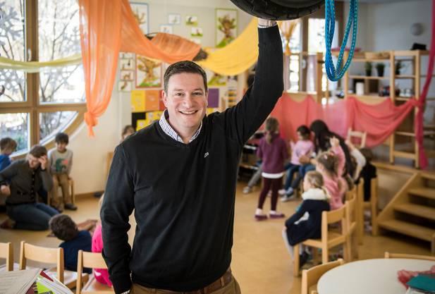 Thomas Minder (hier im Kindergarten) ist Schulleiter in Eschlikon.
