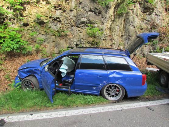 Der Anhänger prallte in dieses Auto, es entstand grosser Sachschaden