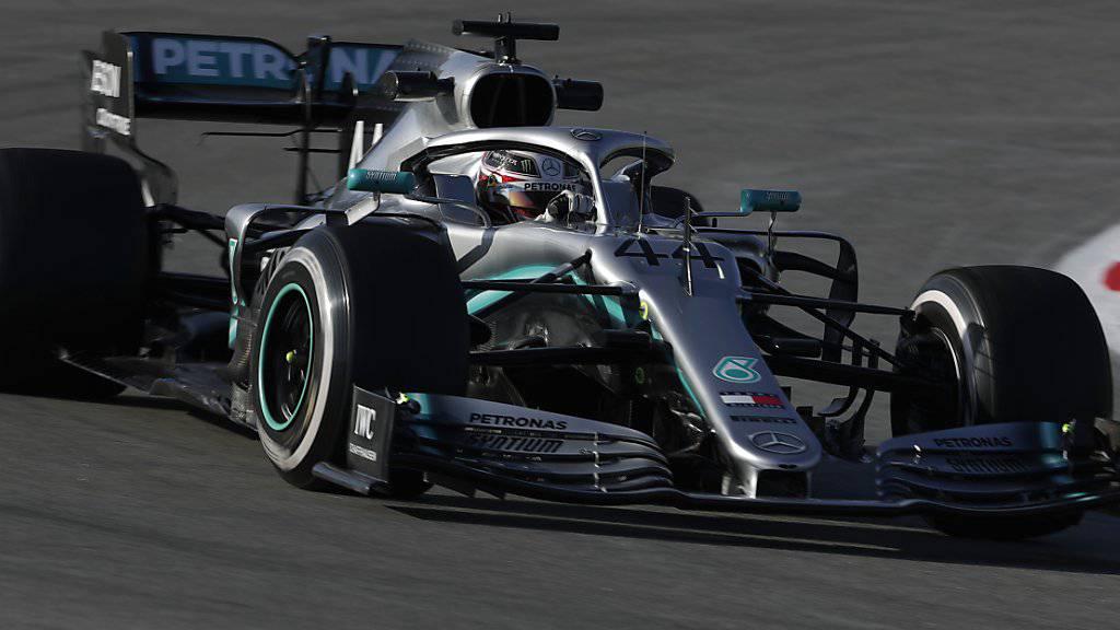 Für Weltmeister Lewis Hamilton läuft der erste Testtag im Mercedes dagegen noch nicht nach Plan
