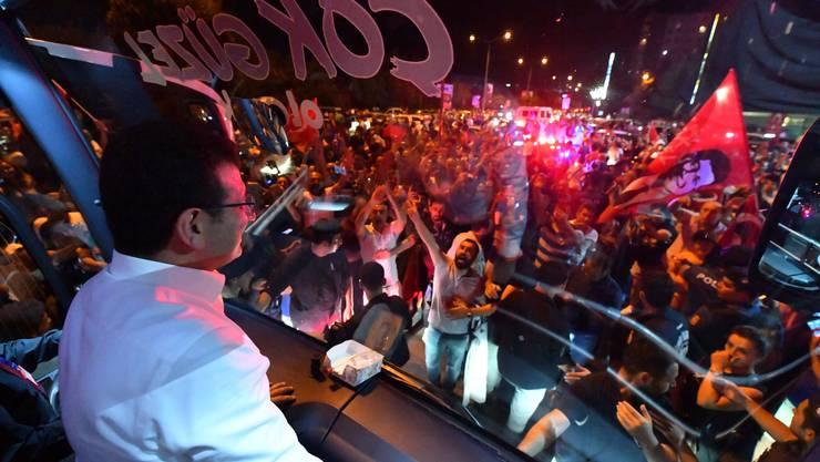 Der Oppositionskandidat Ekrem Imamoglu hat überraschend klar die Bürgermeisterwahl in Istanbul gewonnen.