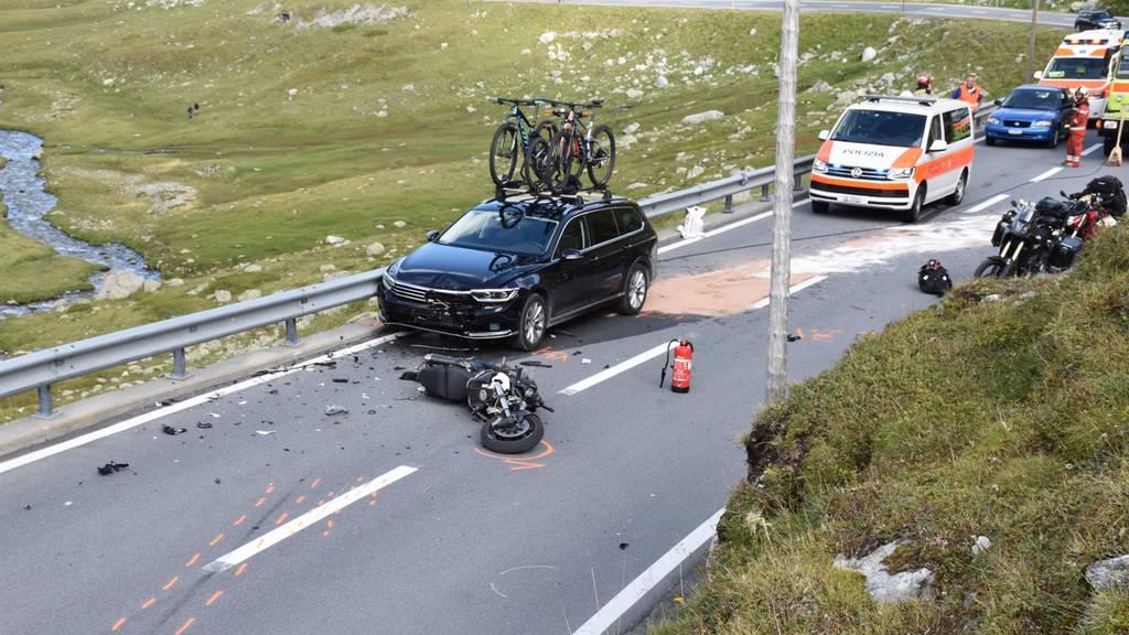Töff crasht in Auto: Töfffahrer wird schwer verletzt