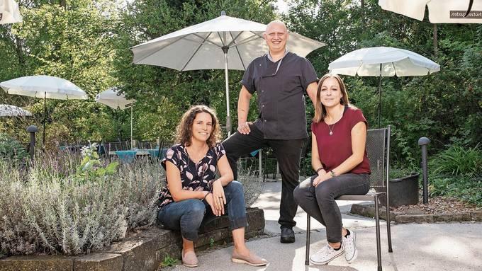 Nicole Sozzi, Geschäftsleiterin der Kloster Fahr AG, Küchenchef Giacomo Badino und Restaurantleiterin Claudine Müggler im üppigen Restaurantgarten.