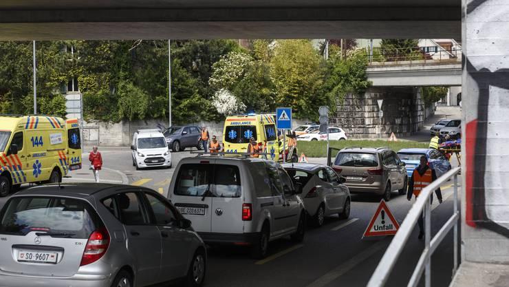 Unfall auf dem Schöngrünkreisel zwischen einem Auto und Velo mit Anhänger.