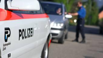 In Bonstetten ZH ist ein Velofahrer unter ein Rad eines Radbaggers geraten und tödlich verletzt worden. (Themenbild)