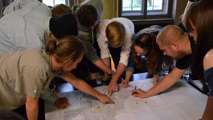 Mit Reissnadeln markieren die Jugendlichen auf der Karte jene Orte in Aarau, an welchen sie sich oft aufhalten: Es sind nicht viele.Nina Amann