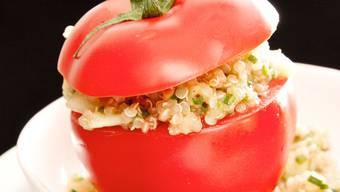 Mit Gurken, Tomaten und Avocado: So bereitet Florina Manz einen sommerlichen Quinoa-Salat zu.