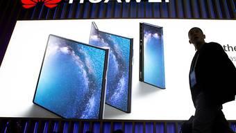 Huawei hat im vergangenen Jahr trotz Spionagevorwürfen dank der grossen Nachfrage nach den Smartphones den Gewinn kräftig gesteigert. (Archiv)