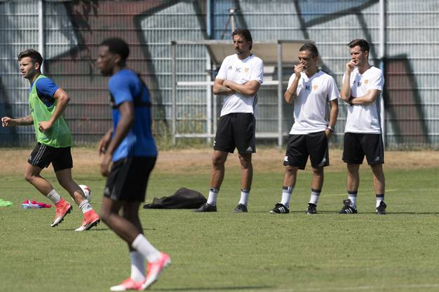 Hochkonzentriert verfolgen goalitrainer Massimo Colomba, Assistenztrainer Massimo Lombardo und der neue Trainer Raphael Wicky das Training.