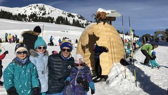 Der aus Wohlen stammende Kurdirektor Pascal Jenny mit seinen drei Kindern und die in Fislisbach gefertigten Holz-Elemente.