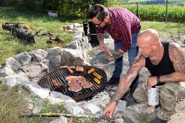 """Trauffer und Gölä überraschen """"Argovia""""-Moderator Christian Bisang mit Esel Speedy bei der Feuerstelle ob Effingen."""