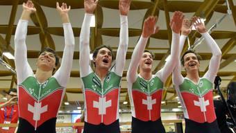 Silvan Dillier, Frank Pasche, Stefan Küng und Théry Schir feiern.