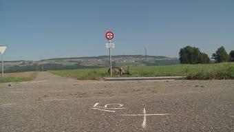 Im September wurde ein Mädchen auf dem Fahrrad von einem Auto erfasst und verstarb. Die Gemeinde will nun auf der Strecke das Tempo reduzieren.