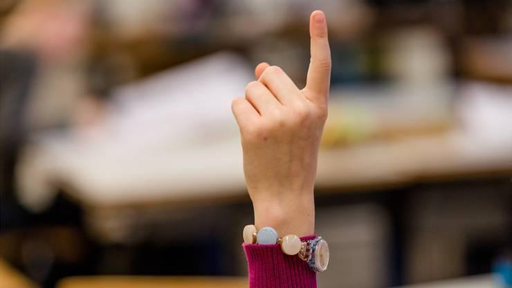 Erhobener Zeigefinger: Schüler haben hohe Erwartungen an ihre Schule. (Symbolbild)