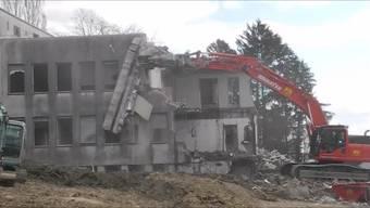 Zurzeit werden die letzten Reste des alten Spitals Grenchen abgerissen. Die Bagger waren mehrere Wochen am Werk, um die Anlage fachgerecht zurückzubauen.