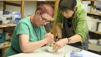 Antonella Zanetti (links) wünscht sich, dass Sehende und Hörende ihre Hemmungen im Umgang mit Taubblinden abbauen.