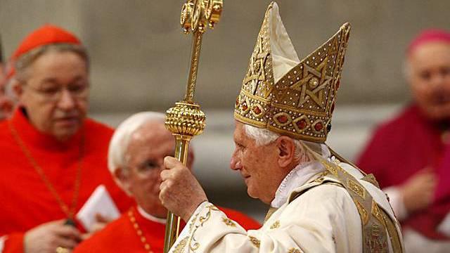 Papst Benedikt XVI. führt Heiligsprechung durch
