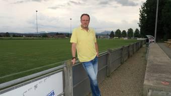 Chris Stecher, Präsident FC Muhen, vor dem nicht verbandskonformen Naturrasenplatz in Muhen.