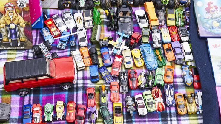 Kinder verkaufen und kaufen Spielsachen.