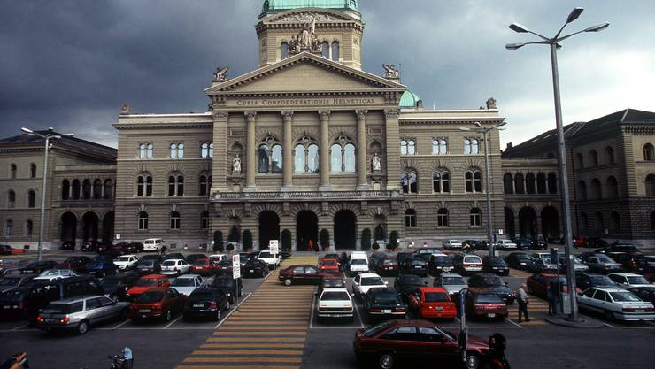 Hier war die Autowelt noch in Ordnung.  Parkieren vor dem Bundeshaus in Bern am Dienstag, 27. April 1999. (KEYSTONE/Alessandro della Valle)