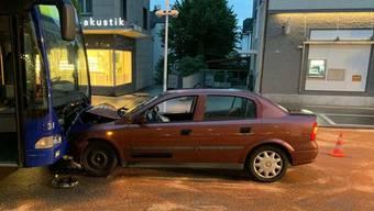 In Meilen ZH sind am Mittwochabend ein Linienbus und ein Auto frontal zusammengestossen. Bei dem Unfall wurden drei Personen im Auto mittelschwer bis leicht verletzt. (Bild: Kantonspolizei Zürich)