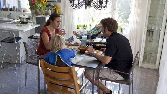 Familie beim gemeinsamen Essen (Symbolbild)