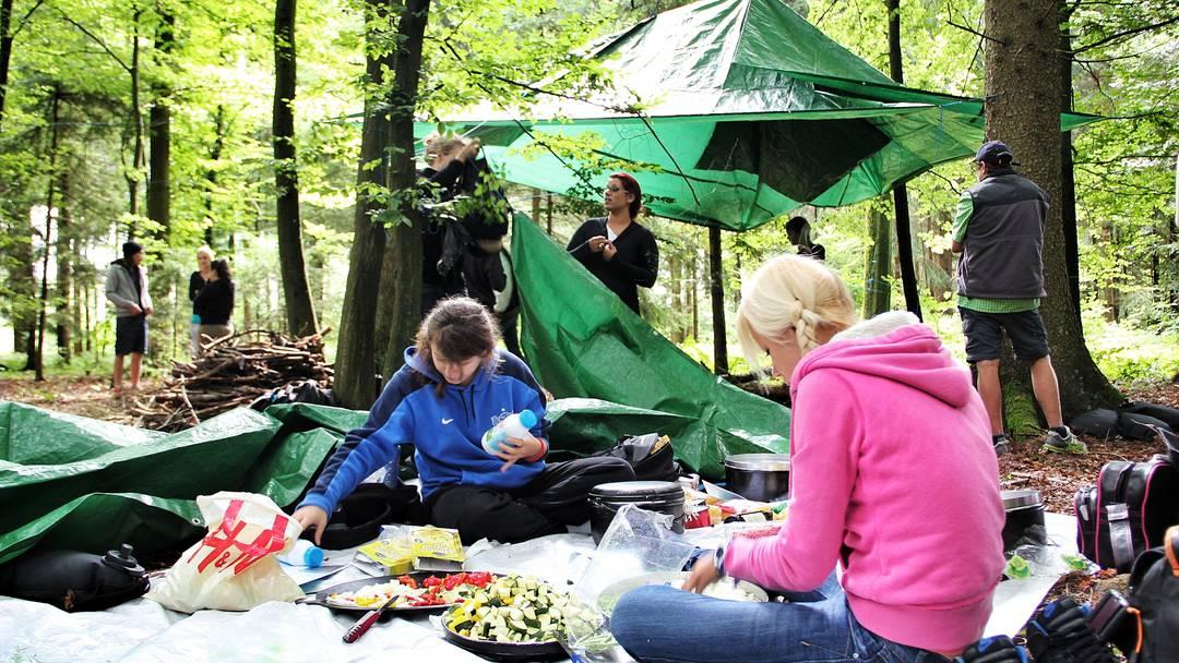 Claudia Köfer (22) erzählt, weshalb die erste Ausbildungswoche des Lernwerk Lehrbetriebsverbunds (LBV) im Wald beginnt
