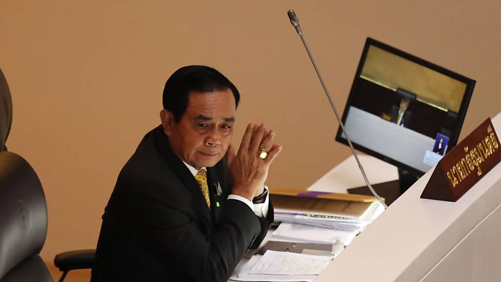 Prayut Chan-o-cha, Regierungschef von Thailand, während der Sondersitzung im Parlamentsgebäude.
