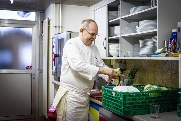 Früher hatte er Angestellte, heute steht er alleine in der kleinen Küche hinter dem Bistro.