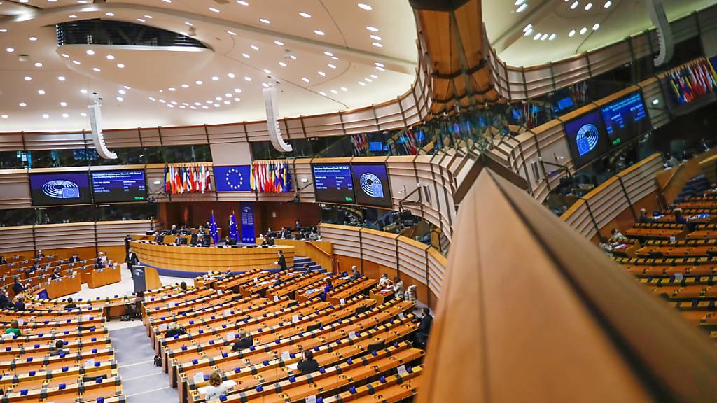 ARCHIV - Abgeordnete während einer Plenarsitzung im Europäischen Parlament in Brüssel. Foto: Francisco Seco/AP/dpa
