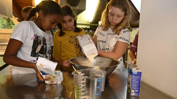 Luna, Ajda, Dahlia und Alisha beim Zubereiten des Teigs.