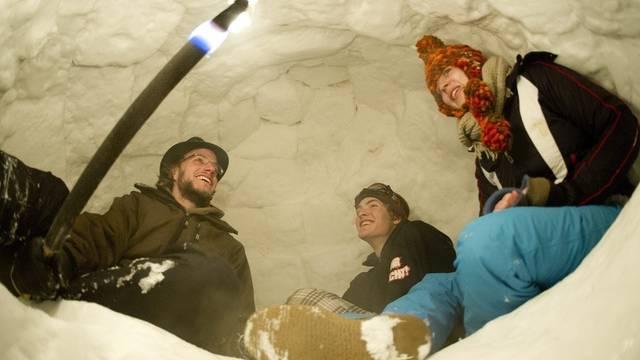 Occupy-Aktivisten haben WEF-Gründer Klaus Schwab in Davos in ihr Iglu eingeladen