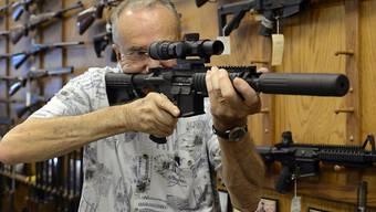 Beliebt bei Jägern und Waffenliebhabern: das Sturmgewehr AR-15. (Archivbild)
